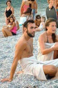 Sul web spuntano nuove foto di Marco Mengoni in spiaggia in Sicilia.   Nelle scorse settimane vi abbiamo mostrato alcuni scatti di Marco Mengoni in costume, paparazzato in spiaggia in Sicilia, in occasione del concerto che ha tenuto al Teatro Antico di T