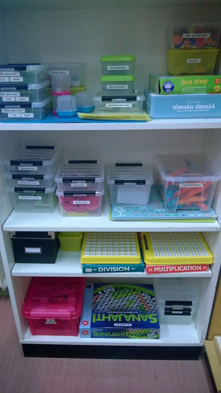 Matikkahylly; toiminnalliseen matematiikkaan muistipelikortteja, matikkapelejä, Uljas-pelit kortteineen, virkattuja laskuporkkanoita, metsämatikkamateriaalia, legoja, askutaidon yhteistuumat, murtolukudominot yms