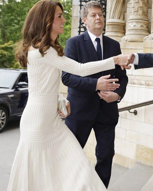 Kate Middleton surge com vestido da estilista brasileira Barbara Casasola