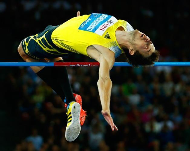 Bohdan Bondarenko, da Ucrânia, compete na prova de salto em altura no meeting da Liga Diamante de Atletismo que teve lugar em Zurique. (© © REUTERS / Denis Balibouse)
