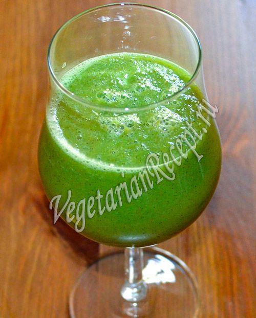 Зеленый коктейль из огурцов, киви, брокколи, меда обладает большой полезностью и приятным вкусом.