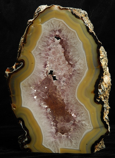 NATURAL STONE: Agate fortress around Amethyst