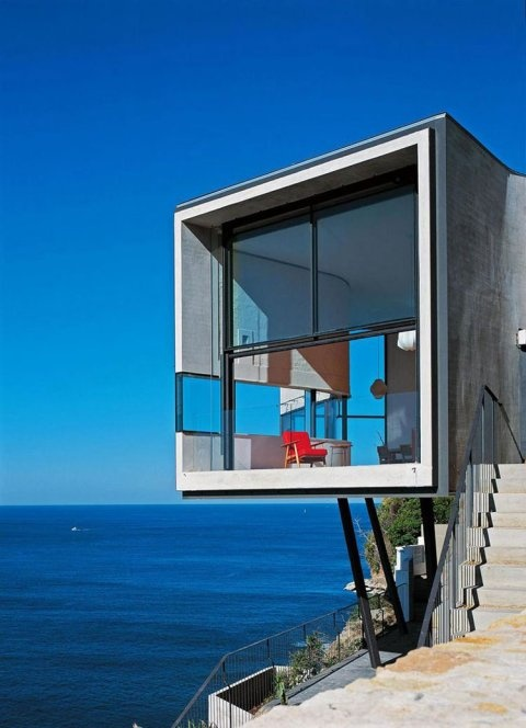 The single-family residence is sited on the edge of a 230-foot high cliff flying over the ocean in the town of Dover Heights, west of the city of Sydney in Australia.