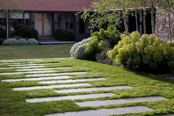 Los senderos de piedra son una estupenda solución para el acceso a las zonas del jardín, por eso el post de hoy está dedicado a los caminos de jardín