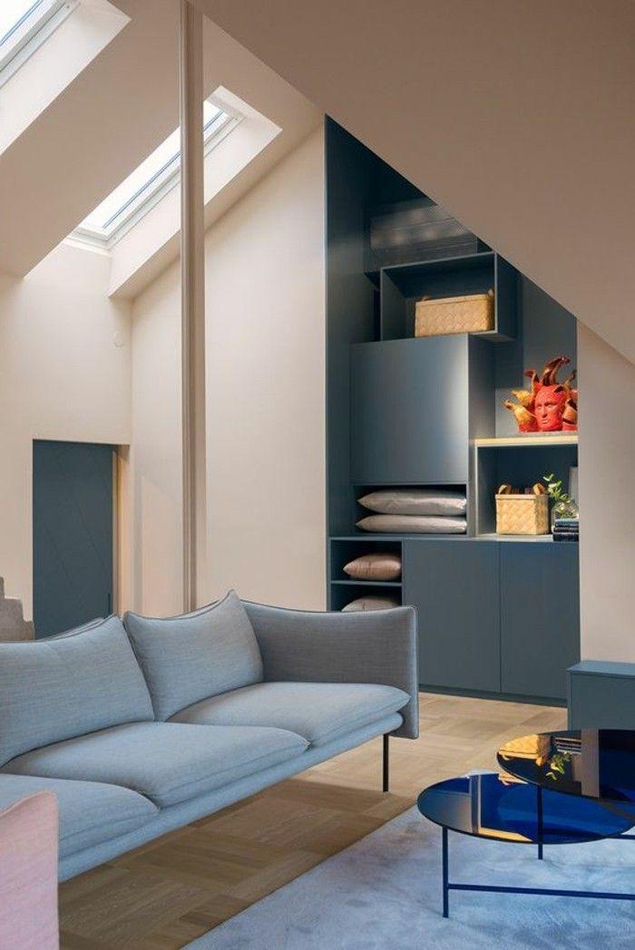 Chambre dans les combles chambre mansardée avec canapé gris et table de salon