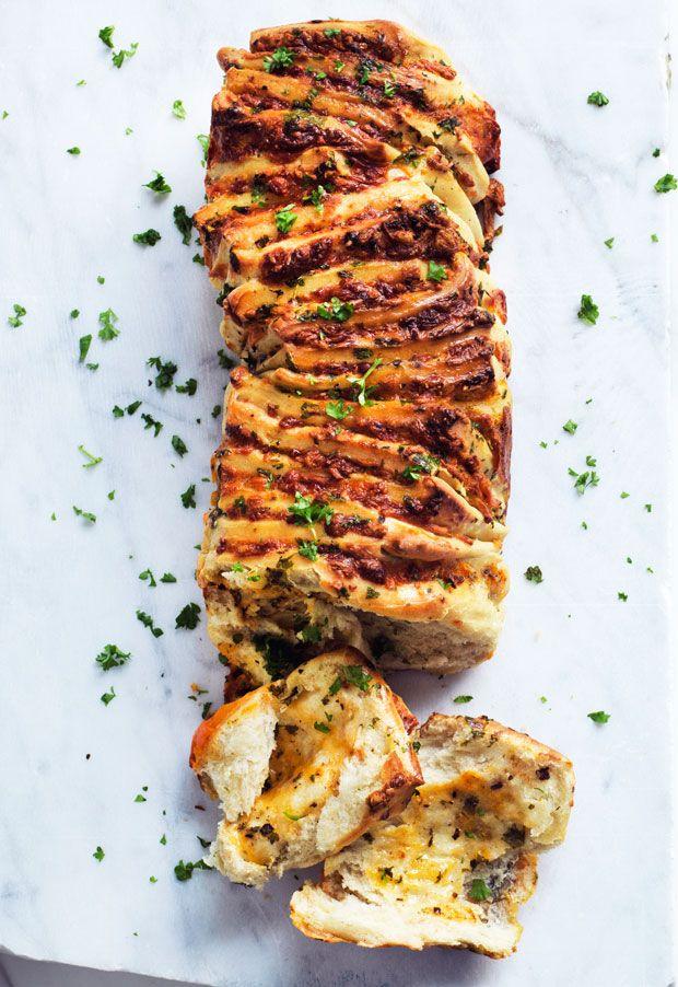 Se hvordan du nemt kan lave et smuk og virkelig lækkert brydebrød med cheddar og mozzarella. Servér det som appetitvækker før en gæstemiddag, eller brug det som tilbehør til en portion varm suppe.