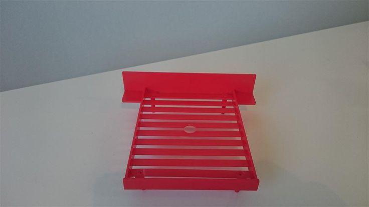 Annons på Tradera: BRIO Säng i härlig röd färg till dockskåp RETRO