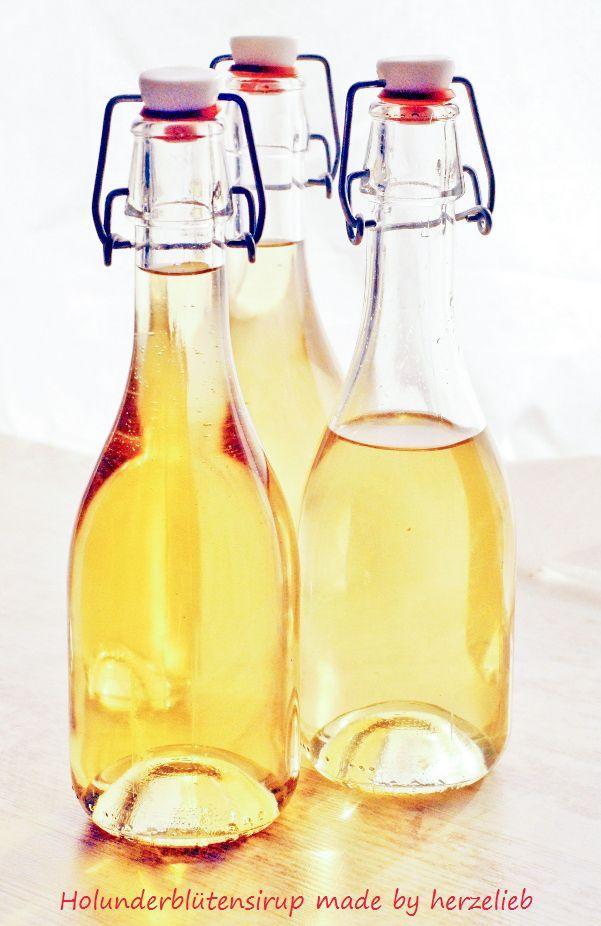 Selbstgemachter Holunderblütensirup in Flaschen nach einem Rezept von herzelieb