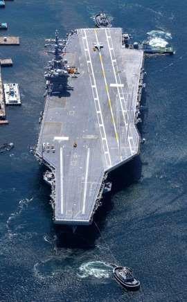 出港する米海軍の原子力空母ロナルド・レーガン=4日午前10時5分、神奈川県横須賀市、朝日新聞社ヘリから、堀英治撮影
