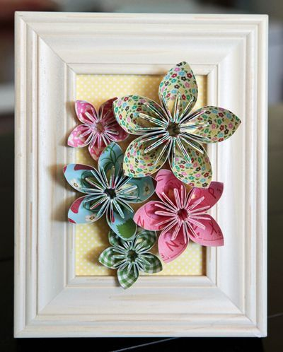 love that it overlaps the frame..., no tutorial, could be adapted to many different paper or fabric flowers