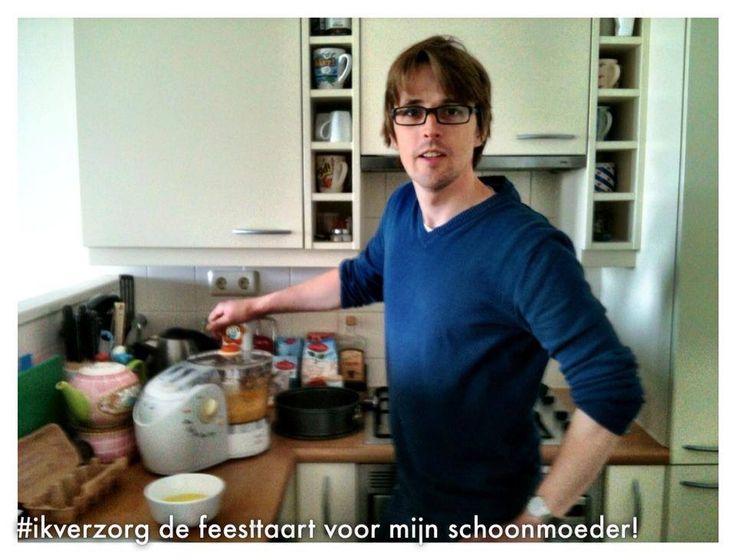 Dit is Willem. In het weekend bakt Willem er lustig op los. Zijn vriendin stuurde mij deze te gekke foto van de man in kwestie, in de weer met de keukenmachine. Willem is een heerlijk zorgzaam type en heeft vandaag de leuke taak op zich genomen de verjaardagstaart voor zijn schoonmoeder te bakken. Wat een held!