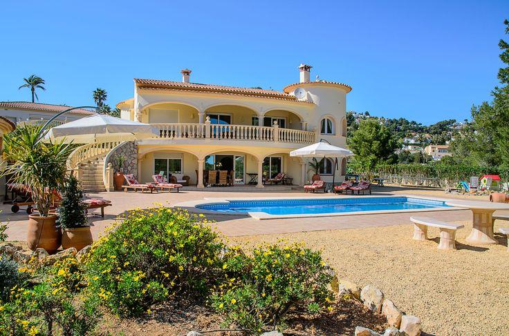 Villa Xenofilia VI: luxe vakantivilla in Moraira, Costa Blanca Spanje. Geschikt voor 14 tot 16 personen met  buitenkeuken, 7 slaapkamer, 5 badkamers, groot te verwarmen zwembad, tafeltennis, gelegen op zeer groot perceel met trampoline, kinderspeelhoek, tafeltennis, voetbaltafel, darts.