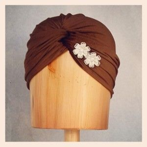 Turbante de terciopelo chocolate y flores con brillo Luisa Gala