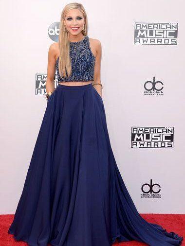 Miss America Kira Kazantsev con un vestido azul de dos piezas (los American Music Awards