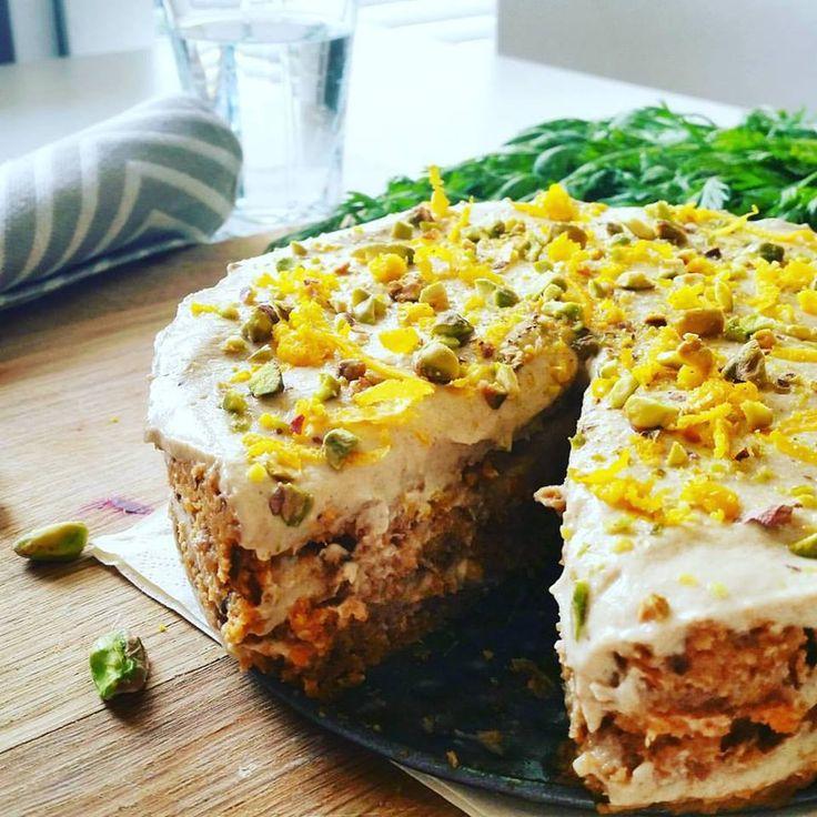 Taky míváte pocit, že byste mohli sníst mrkvový dort klidně celý, jak výborný je? Pak mám pro vás skvělé zprávy. Tenhle raw snově krémový a přitom pořád svěží mrkvový dort je tak zdravý, že ho můžete sníst, kolik se vám zachce, bez sebemenších výčitek. Bože, jak já miluju zdravý životní styl. 😉 Raw mrkvový dort:…
