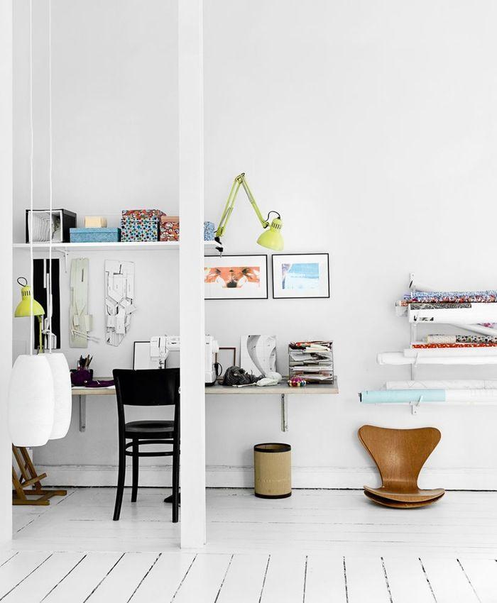 I et hjørne i stuen har Sara indrettet et arbejds- og hobby-hjørne, fordi hun alligevel altid har gang i et projekt. Så er det rart at have tingene lige ved hånden. De gule lamper er købt i Paris, og den sorte stol ved ...