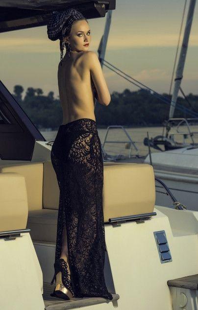 Fusta lunga din dantela neagra Sensuality este genul de fusta care exprima senzualitate si relaxare, potrivindu-se oricarei tip de silueta. Sensuality devine elementul cheie din tinuta purtata la evenimentele nocturne la care sunteti invitata. Se poate purta cu slip si cu bustiera.