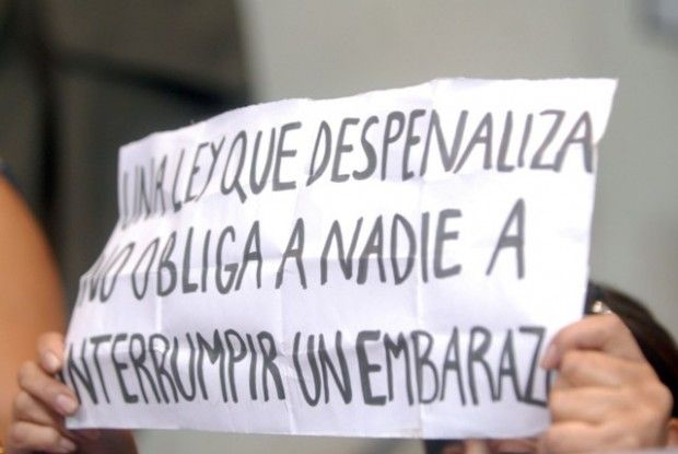 """Una norma impuesta por Augusto Pinochet ese año (1989)  el artículo 119 del Código Sanitario, que desde 1931 permitía en Chile el aborto terapéutico. """"No podrá ejecutarse ninguna acción cuyo fin sea provocar el aborto"""","""