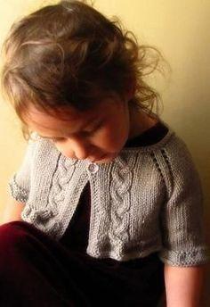 """Langston Child Shrug - Knitting Patterns by Comfort Wool Type de modèle: Knit Tailles Inclus: 3 mois - 17.4 """"poitrine, 6 mois - 18.6"""" poitrine, 12 mois - 19.6 """"poitrine, 18 mois - 20.8"""" poitrine, 2T - 21.8 """"poitrine, 4T - 25.4"""" poitrine , 6 à 27,4 """"poitrine, 8 à 28,8"""" poitrine, de 10 à 30,6 """"poitrine Yarn montré: Gloss DK Yarn Longueur: 125 à 475 aiguilles / crochets suggéré: Taille 8 (5.0mm): 24 """"- 32"""" circulaire, Taille 8 (5.0mm): DPN Type de fibre: Laines et mélanges Poids: DK"""