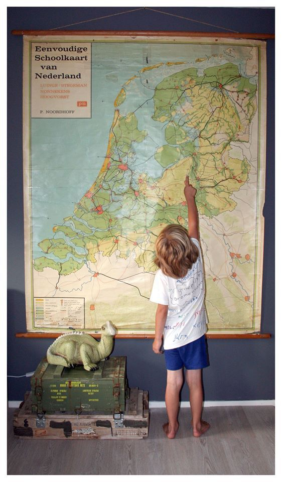 Oude retro schoolkaart van Nederland gescoord voor op de kamer van onze zoon. Hij vind het zijn 'schatkaart'. # grijze muur # Dino lamp # Munitiekisten # Jongenskamer! # Boys room # the map of Holland# stoere jongenskamer # kisten # dinolamp