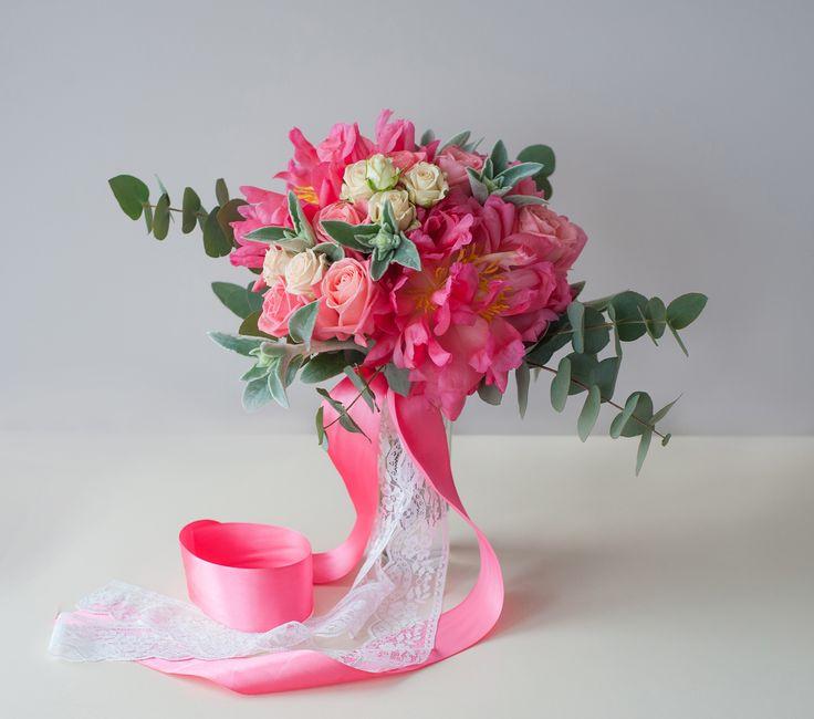 Коралловый букет невесты из крупных коралловых пионов, розы и эвкалипта