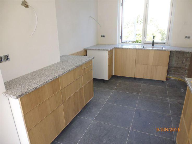 aanrechtblad licht graniet op houten keuken