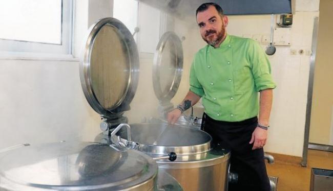 Πουρέ αρακά, κρεατόσουπες, μπιφτέκια ψαριού και άλλα γεύματα φτιάχνει καθημερινά ο Ιάκωβος Απέργης για πάνω από 400 άτομα (γιατροί και νοσηλευόμενοι)!