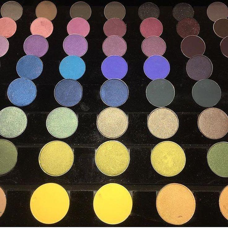 Vi auguriamo una domenica piena di colore con i fantastici ombretti @maccosmetics  Un'infinita gamma di tonalità in formato refill per comporre le proprie palette personalizzate con le nuance che più ci piacciono  Gli eyeshadow refill pan MAC hanno un prezzo di 14 cadauno e sono proposti in ben 110 colorazioni! QUANTI  PER GLI OMBRETTI MAC? (Pic @dominic_mua ) #mac #maccosmetics #maceyeshadow #eye #eyes #eyeshadow #colors #rainbow #makeup #makeupaddict #makeupgeek #makeupjunkie #makeuplovers…