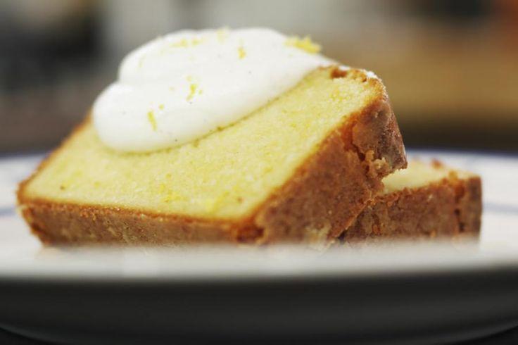 Deze cake is een variatie op dé oercake, de quatre quarts.De toetsen die de Griekse yoghurt en de citroen eraan geven, zorgen ervoor dat dit een heerlijk frisse en luchtige cake is die lekker smaakt onder het malse lentezonnetje. Dat is pas feest!