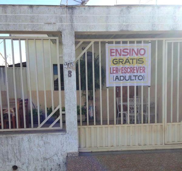 """No portão da casa de Eunir Alves Moreira de Faria, 77 anos, há um cartaz que diz """"Ensino grátis: Ler e Escrever (Adulto)"""". A professora aposentada não quis parar de lecionar e decidiu usar o tempo livre para alfabetizar moradores de Patos de Minas (MG)."""