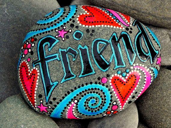 Gemalte Felsen (Steinernes Meer) von Cape Cod. Kalligraphie.  Freude! Fiel auf Ozeanwellen...  Bringen Sie ein Stück des Ufers drinnen...  Eine schöne Form, Kissen-Top fast Oval Meer Steine.  Farben Türkis, schwarz, Schattierungen von rot und Rosa, mit winzigen weißen Punkten sind mit wasserfesten Glasur Tinten lagen aufgebaut werden.  Platzieren Sie diese gemalten Meer Steine, wo es oft sehen Sie. Halten Sie es in Ihrer Hand. Einen schönen Stein zu halten während sagen ein Gebet oder eine…