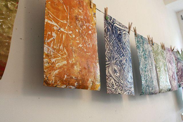Mit Farben und Kleister auf Spiegelfolie malen, dann Drucke auf Papier machen