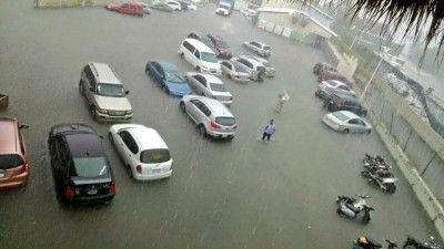 Lluvias inundan áreas del estacionamiento en el aeropuerto de Punta Cana