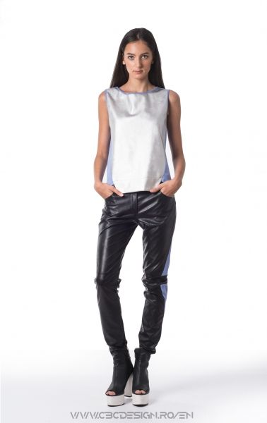Sleeveless top with front from silver eco leather and back from thin cotton jersey. The combination of metallic front and brightly colored back gives off a strong sport feel. It can become a fresh grunge look by accessorizing with a pair of boots and biker pants.