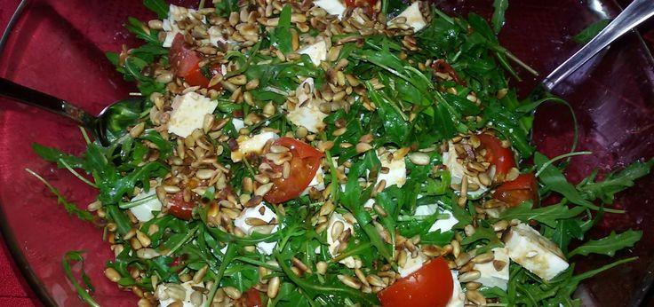 Rukola z fetą, suszonymi pomidorami i prażonym słonecznikiem - main