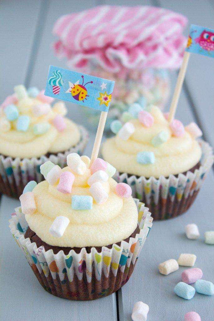 Konfetti Cupcakes mit Minimarshmallows und Washitape Fähnchen