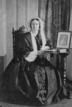 D.Amélia, a segunda esposa de D.Pedro I(D.Pedro IV de Portugal) sentada ao lado do porta-retrato de sua falecida filha D.Maria Amélia de Bragança unica filha dela com D.Pedro I