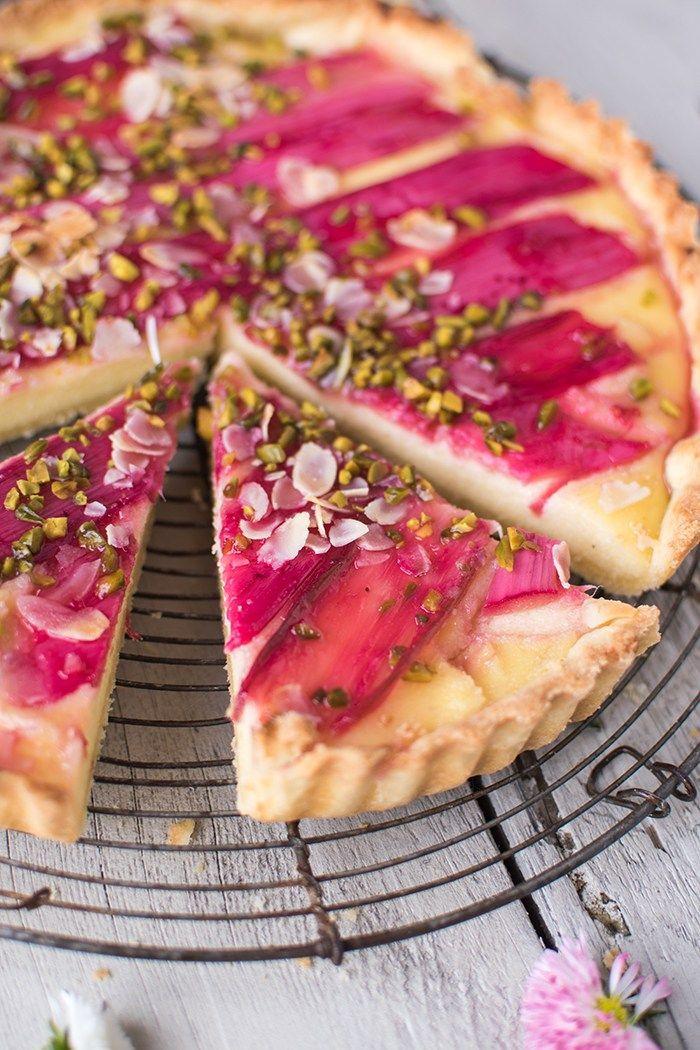 Knusprige Tartehülle mit cremig-zarter Füllung: Eine frühlingshafte Grießtarte mit rosaroten Rhabarberstangen. Köstlich!