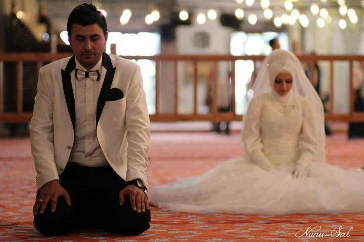 Muslim Couple Prays after marriage