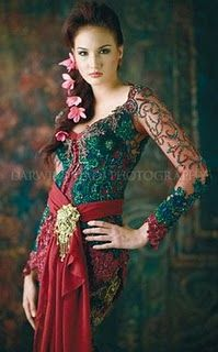 Anna Avantie; Kebaya in green & red