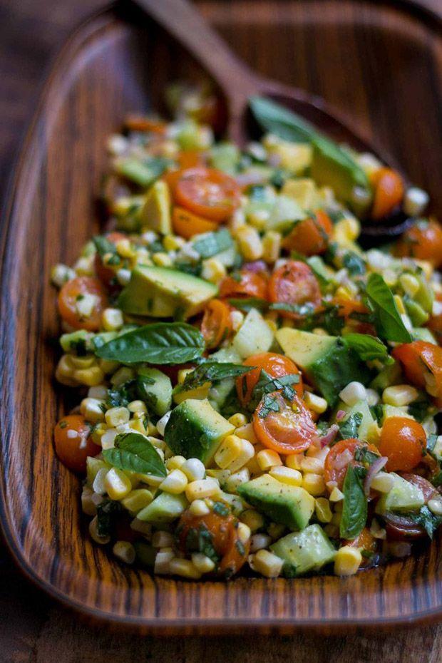 Salada de milho, tomate cereja, abacate e manjericão;
