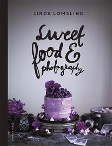 Matfotografens bästa receptVälkommen till Linda Lomelinos universum av överjordiskt vackra bakverk!Med spritspåsen i ena handen och kameran i den andra har Linda gjort sig ett namn som en av våra mest spännande receptmakare och matfotografer. Här får du ta del av hennes bästa recept på cookies, tårtor, pajer, cheesecakes, desserter och andra sötsaker.Klassiska smakkombinationer varvas med nya oväntade. Vad sägs till exempel om pavlovarulltårta med mascarpone och hallon, banoffee pie…