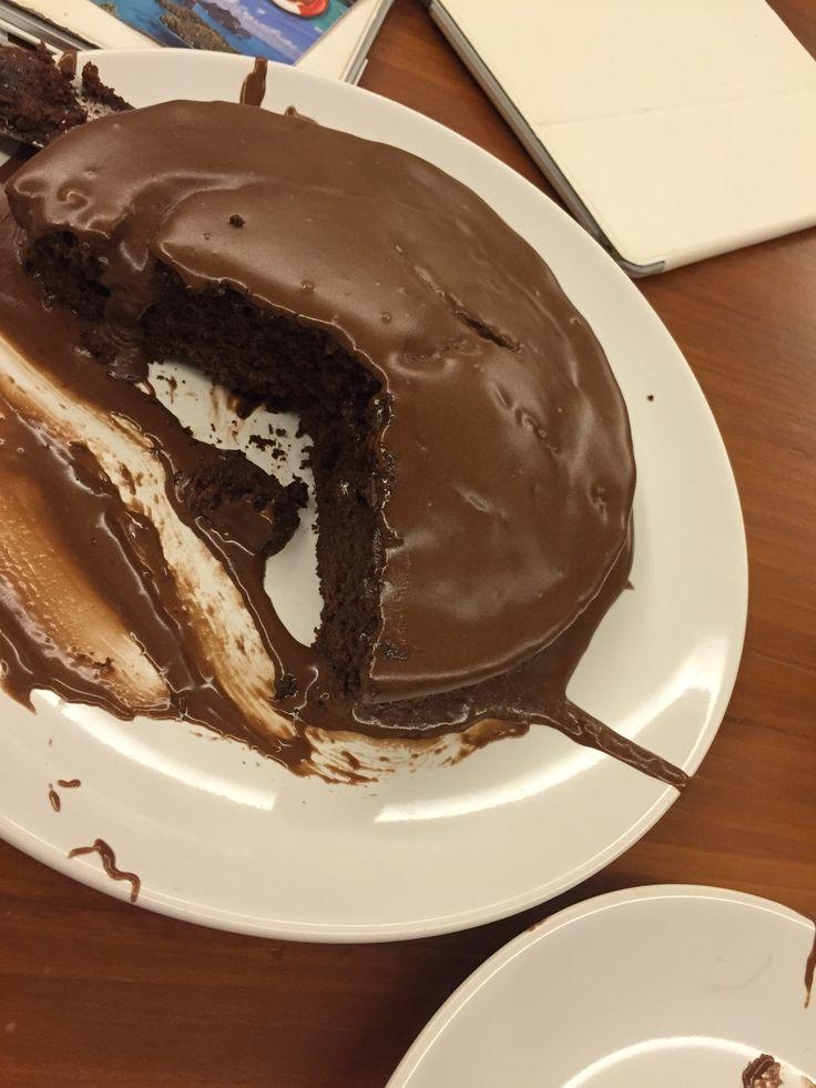 Faktisk verdens beste sjokoladekake. Jeg har bakt sikkert 8-10 forskjellige sjokoladekaker gjennom årene, og denne skiller seg totalt ut fra alle andre, med sin saftige konsistens og utrolig gode smak.