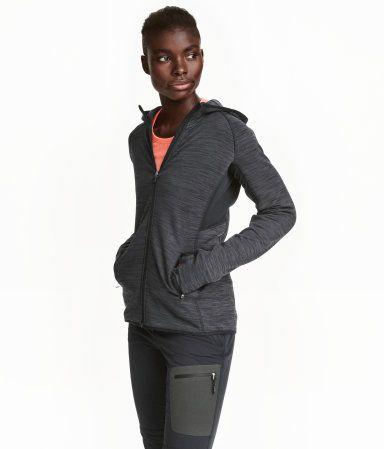 Mörk gråmelerad. En figurnära jacka i fleece att använda som ett värmeisolerande mellanlager. Jackan har huva, dragkedja fram och sidfickor…