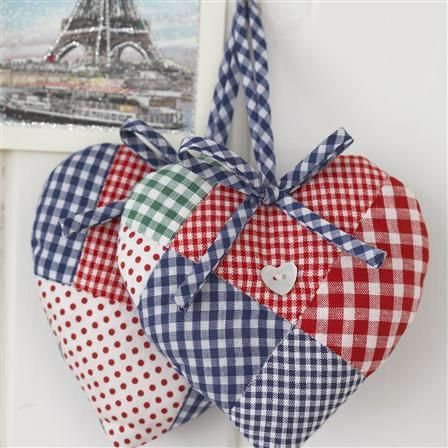 hand crafted Sachês De Coração! ... heart oranment sachets ... patched quilts of gingham in red, white and blue ...