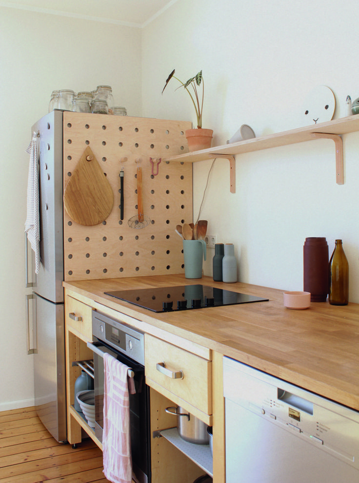Ein hölzernes Pegboard aus Holz in der Küche des…