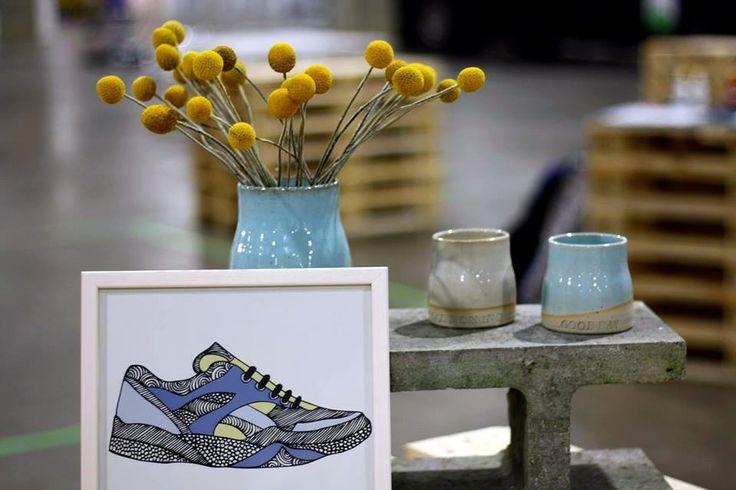Også en ny illustration, nemlig Sneakers. Er allerede på web shoppen. Sammen står nor:dens nye design i stentøj. Vasen holder Crespedia blomsterne så fint, og har ved sin side, nor:dens kommende kollektion af stentøjs kopper