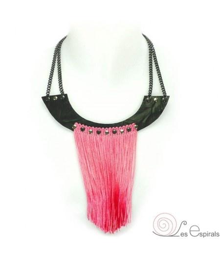 """""""Collar Babero Flecos Rosa"""" realizado en piel, flecos seda, anillas y cadenas, en rosa y negro. Diseño versátil con 2 longitudes. Incluye cadena de extensión. www.lesespirals.com"""
