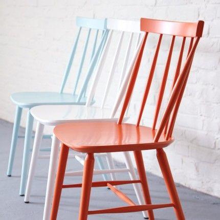 """D'origine britannique, ce style de chaise """"Windsor"""" a massivement essaimé aux Etats-unis  (c'est LA chaise de cuisine des séries américaines), pour faire ensuite le bonheur du design scandinave des années 50. Ici la version blanche."""