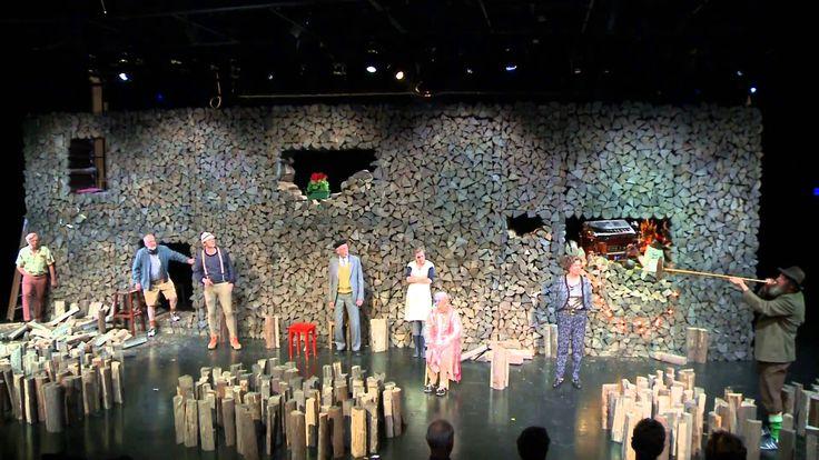 USTRINKATA - Konzert Theater Bern  26 Häuser hat das Dorf. Eines davon ist die Helvezia. Über 60 Jahre hat die Tante die Dorfkneipe geführt jeden Tag war geöffnet doch heute gehen die Lichter aus. Der junge Bündner Autor Arno Camenisch hat mit Ustrinkata den dritten und letzten Teil seiner Bündner Trilogie veröffentlicht den das Schauspiel des Konzuert Theater Bern auf die Bühne bringt.  From: Konzert Theater Bern  #Theaterkompass #TV #Video #Vorschau #Trailer #Tanztheater #Ballett #Clips…